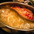 写真: 火鍋で刀削麺