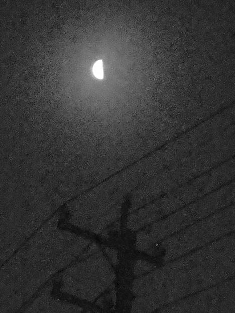 霞んだ電柱と半月(モノクロ)