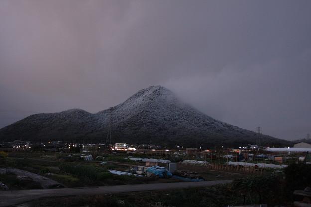 初雪-夕暮れの三上山