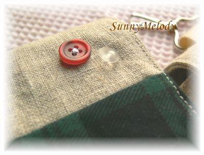 こちらもアンティークボタン。右側のボタンはアンティークガラスでできてます。