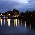 写真: 浅野川大橋  右の川沿いは主計町茶屋街