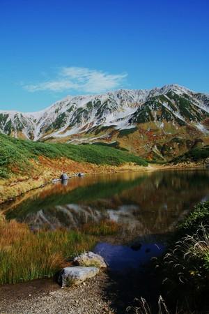 立山・ミドリガ池(1)縦画像  水面に映る山並みと空