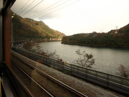 津久田駅から間もない川沿いを走行