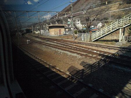 215系ホリデービュー快速やまなし号の車窓(相模湖駅)