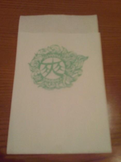 写真: ナフキンやコースターに描いてあるこのマークがすごく気になる。