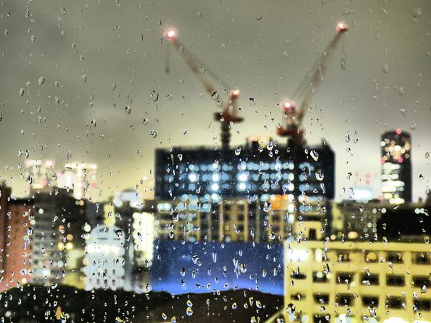 写真: 夜の雨粒模様