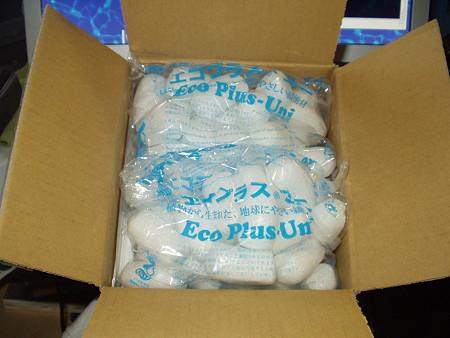 箱の中からあふれる梱包材