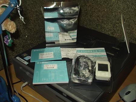 SIREN DP350 の箱の中。本体、ケーブル類、説明書類。