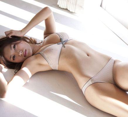 丸みをおびた体が美しい女性 (7)