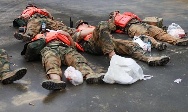 広東省の豪雨の後のおまわりさんの昼寝 (2)