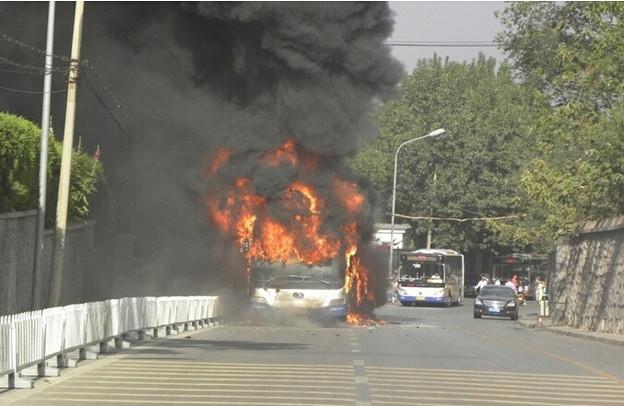 炎上するバス 北京での出来事 (1)