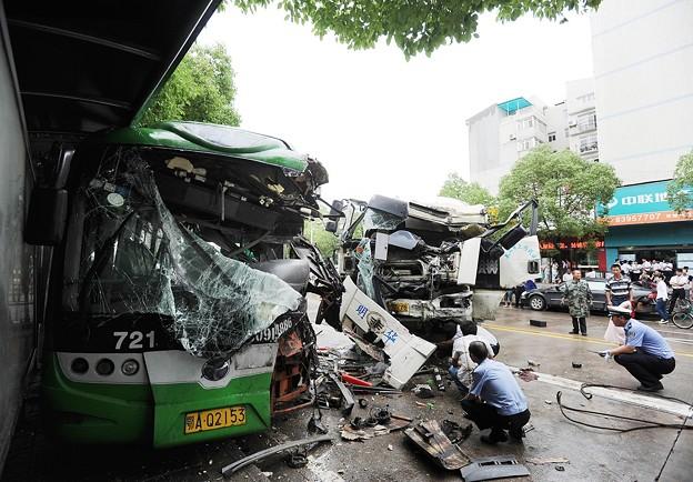 武漢での交通事故 バストミキサー車 (5)