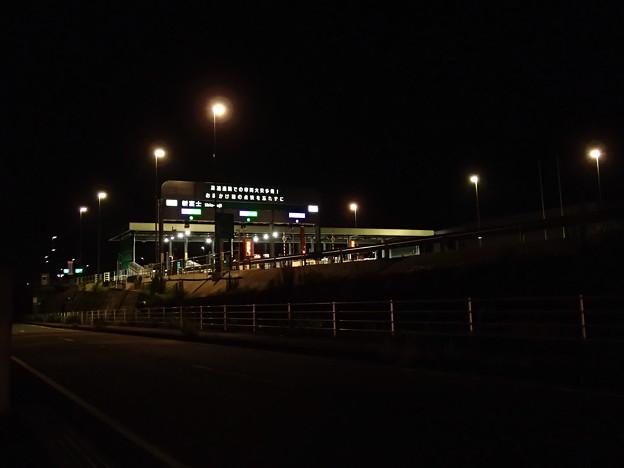 夜の新富士インターチェンジ