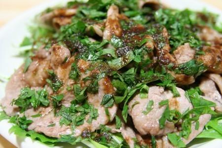 水菜の上に、ラム肉と紫蘇の葉たっぷり