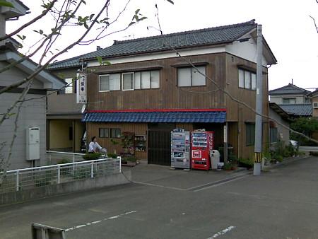 駅前には食堂が
