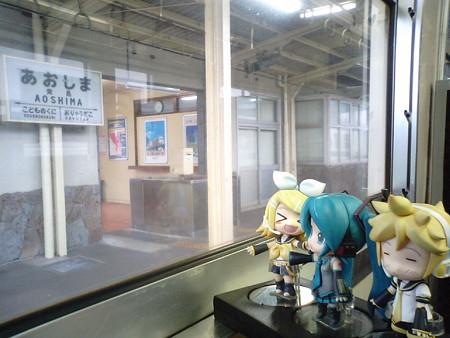 青島駅に停車。 リン:「青島幸男さんのふるさとー♪」 ミク:「そん...