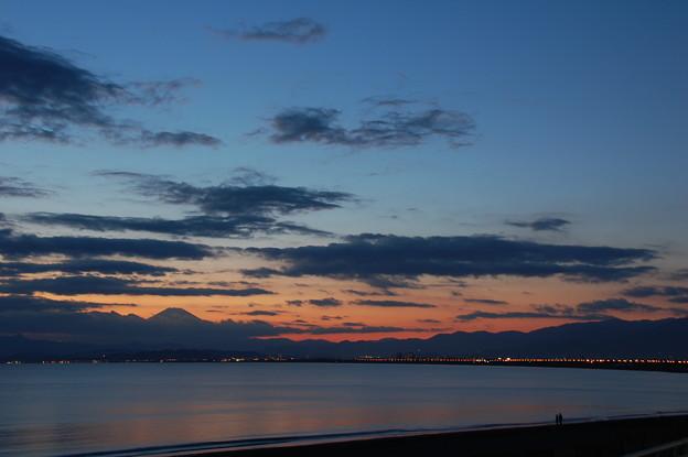 写真: 片瀬海岸西浜 夕景富士