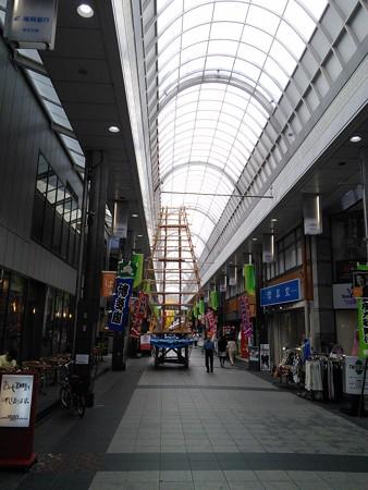 09_川端通り商店街のまだ建設中の飾り山140624