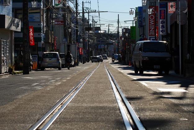 江ノ島駅側から腰越駅方面へ併用軌道を望む
