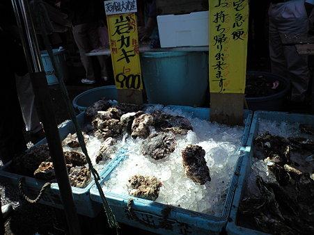 おさかな市場 (その場で岩ガキ)