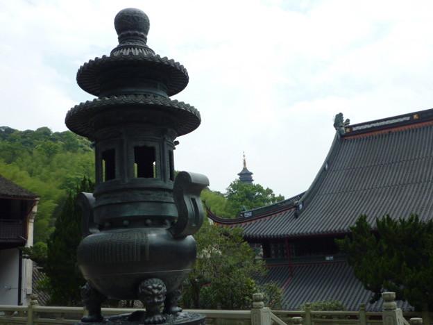 千仏塔は遠く、天童寺香炉 Pagoda beyond a large censer