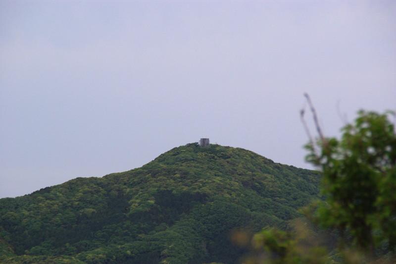 撃方山城を望む