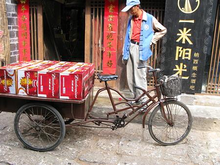 08.04.24 麗江古城 働く自転車