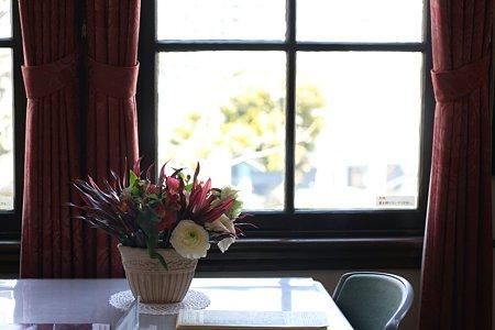 2009.02.22 外交官の家 生花とカーテン