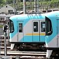 写真: 京阪800系と京阪の新ロゴ