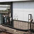 写真: 小田急線代々木上原駅で見つけたタブレット2点