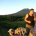 写真: 屋根の上から羊蹄山