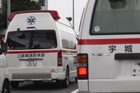 並走する救急車