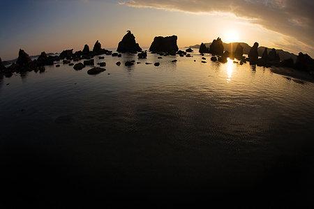朝陽と橋杭岩