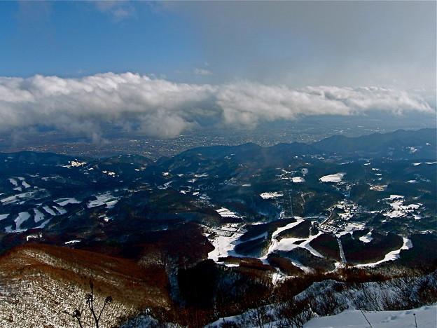 眼下に飯綱スキー場と長野市内