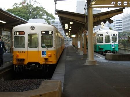発車を待つ琴平線の車両(左)と長尾線の車両(右)