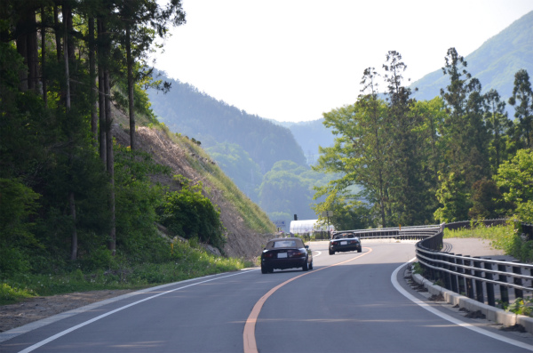 峠道をハイペースで駆けて行く2台のVRリミテッド