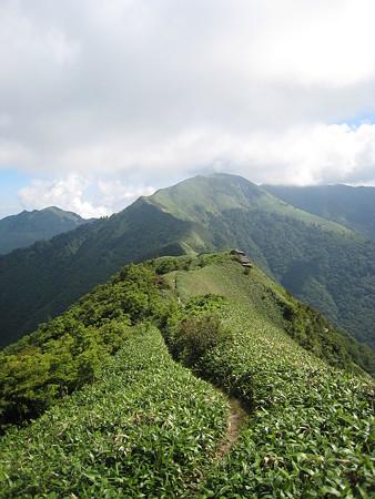寒風山山頂から望む笹ヶ峰方面への縦走路
