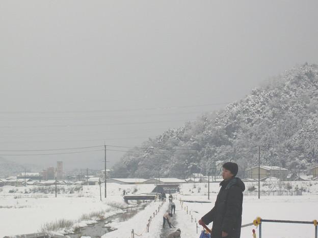 通学路、先生みんなで雪かきです